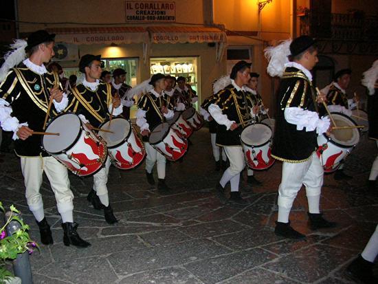 Castelsardo - Sfilata notturna - Tamburini di Oristano (2019 clic)
