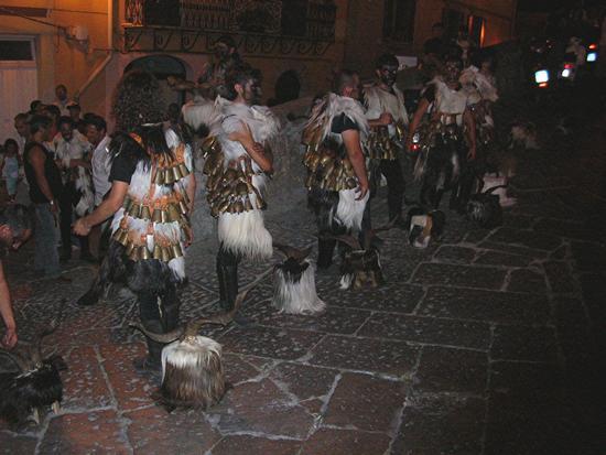 Castelsardo - Sfilata notturna - Mamutzones di Samugheo (2140 clic)