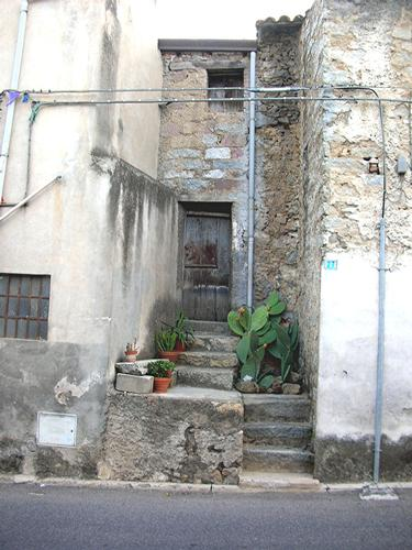 Autunno in Barbagia - Casa con Figumurisca - Orani (1979 clic)