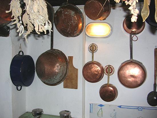 Autunno in Barbagia - Batteria di rame in Casa Delitala - ORANI - inserita il 01-Feb-11
