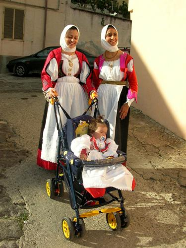 Autunno in Barbagia - Donne in costume con bambina - Orani (5021 clic)