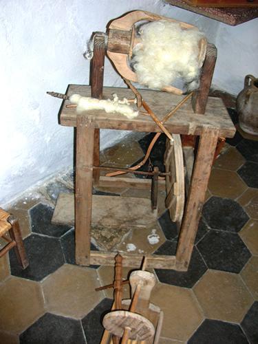 Autunno in Barbagia - Utensileria per la lavorazione della lana - Orani (2653 clic)