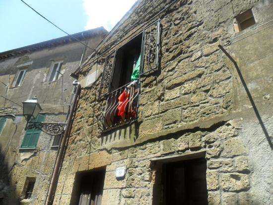 flag in the sun - Pitigliano (1269 clic)