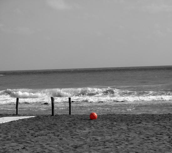 Red ball on the beach - Ostia (2054 clic)
