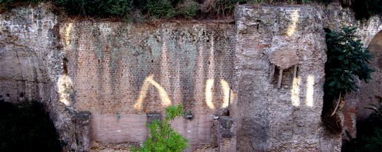 Segnali alieni sulle mura romane (2623 clic)