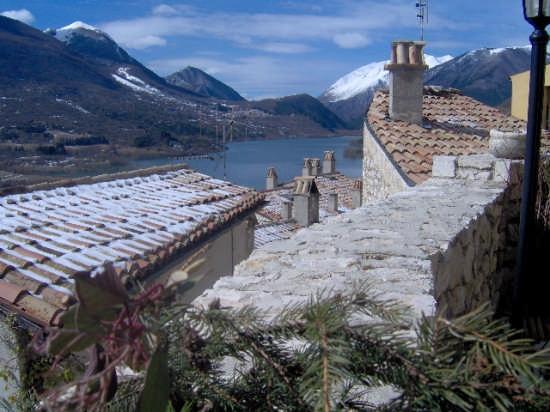 Tra i tetti del borgo antico - Barrea (3338 clic)