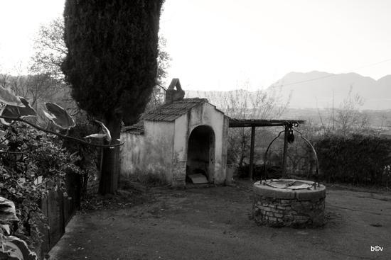 Il forno e il pozzo di un vecchio casello ferroviario - Atripalda (2387 clic)