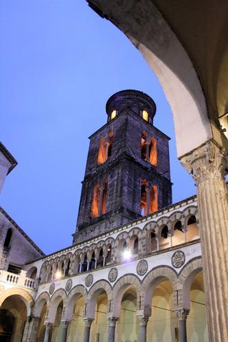 Porticato interno e campanile del duomo di Salerno (2418 clic)
