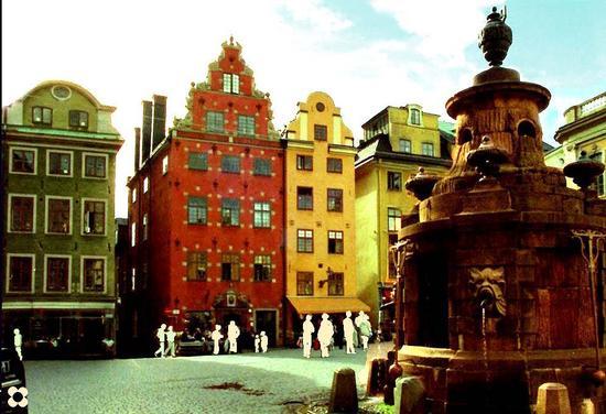 Sagome e colori a Stoccolma nella grande Piazza di Stortorget (267 clic)
