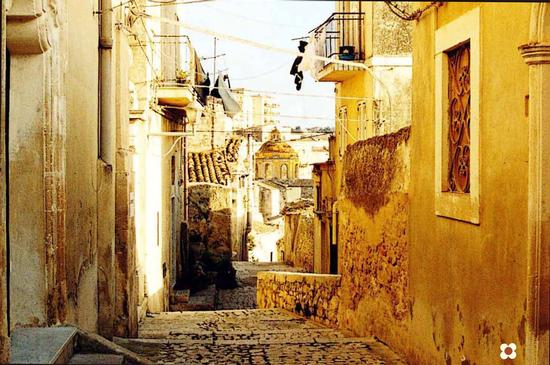quartiere Santa Lucia, sullo sfondo la Cupola Di San Giorgio - Modica (2284 clic)