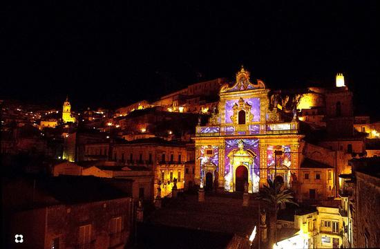 Choco Modica dicembre '13 le due matrici e il castello (3326 clic)