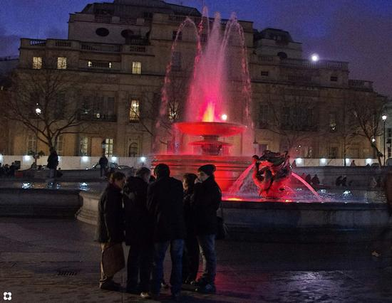 un gruppo e la fontana (494 clic)