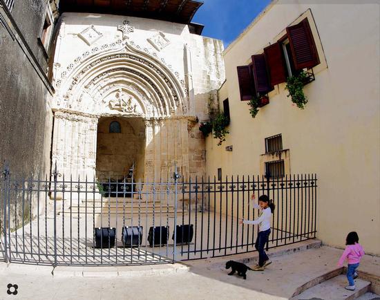 Ragusa Ibla, Il Portale di San Giorgio, bambini col cane  (3474 clic)