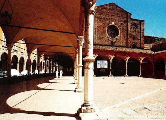 Passeggiando in un giorno d'agosto sotto i portici di S. Maria dei Servi a Bologna (2340 clic)