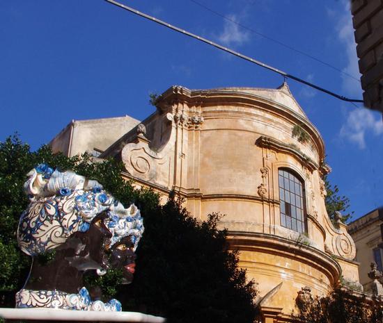 Chiesa della Madonna del Soccorso, in primo piano due faccioni di Caltagirone nel giorno del  - Modica (1070 clic)