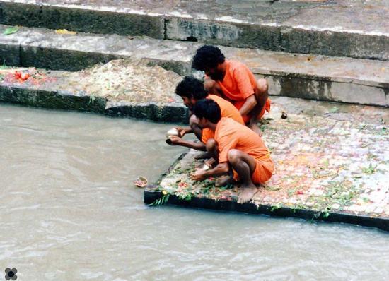 Nepal, affidate al fiume sacro Bagmati le ceneri del caro estinto (681 clic)