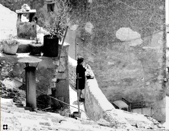Sotto Pizzo '65, donna che lucida le scarpe nel tardo pomeriggio - Modica (2836 clic)