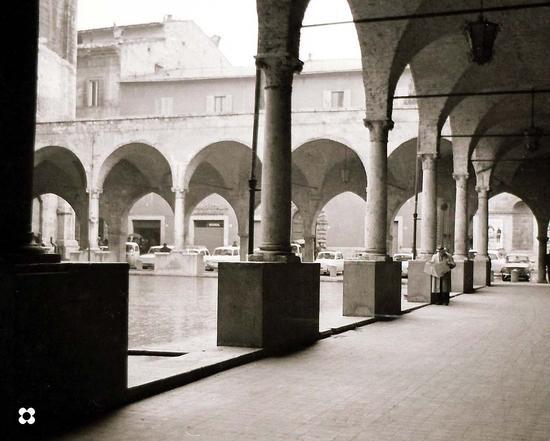 leggendo il giornale sotto i portici, 1966 - Ascoli piceno (1888 clic)