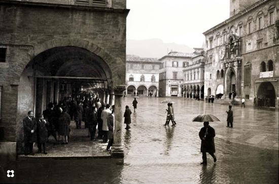 Piazza dei Capitani in un giorno di pioggia, '66 - Ascoli piceno (3158 clic)