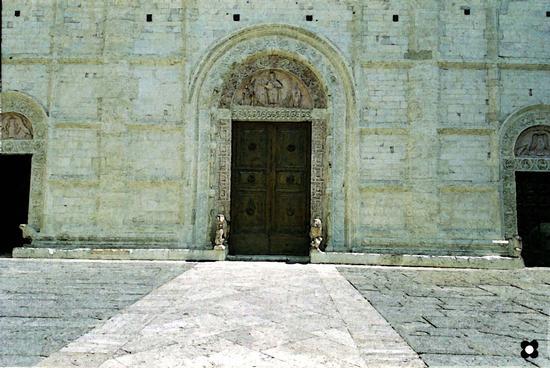 i leoni e la lunetta del Duomo di San Rufino - Assisi (1800 clic)