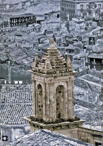 fra i tetti di Modica il campanile di San Michele (1032 clic)