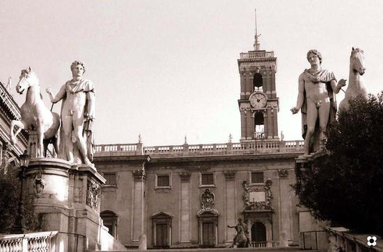 Campidoglio, Castore e Polluce sullo sfondo si intravede la statua equestre di Marco Aurelio - Roma (4314 clic)