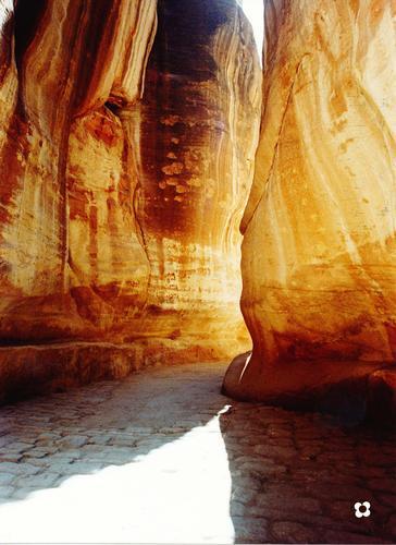 ripercorrendo, con la fantasia, il Siq verso Petra, in Giordania, sul basolato di epoca romanica con luce calda diretta e riflessa.......... -  - inserita il 27-Jun-11