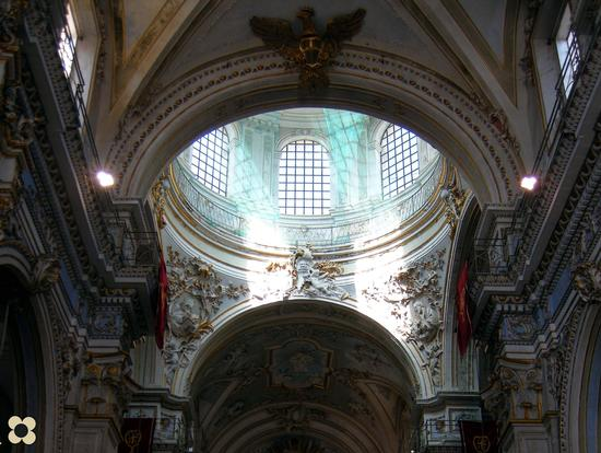 S. Giorgio La Cupola fasci di luce celeste e riflessi... - Modica (2368 clic)