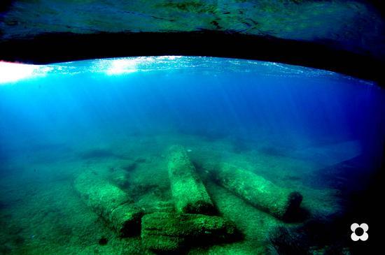 colonne romane sommerse adagiate sul fondo davanti al porto - Marzamemi (2601 clic)