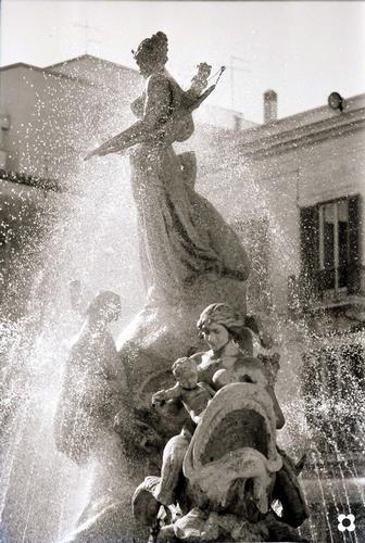 Piazza Archimede, particolare della Fontana di Diana - Siracusa (1963 clic)