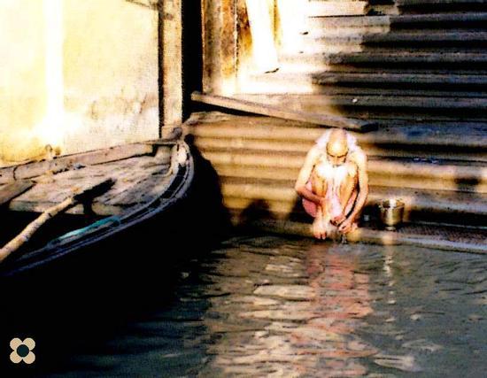 Benares, purificazione nelle acque del Gance (668 clic)
