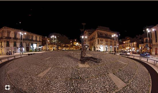 Piazza Corrado Rizzone e la  Fontana spenta, in fondo la Chiesa della Modonna delle Grazie - Modica (3189 clic)