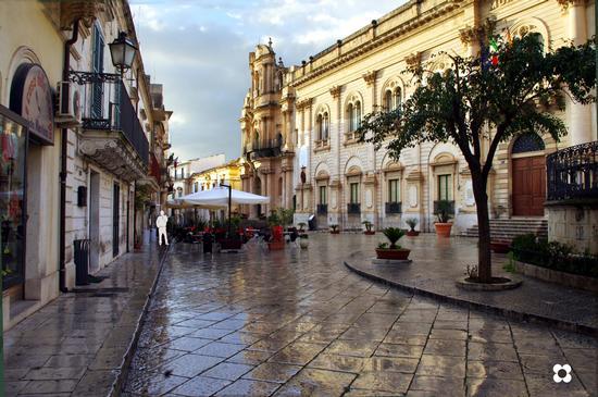 Un angolo gradevole di Scicli, il Municipio con accanto San Giovanni  (5965 clic)