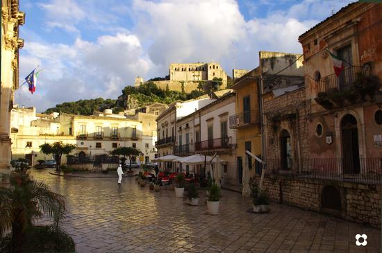 Scicli, Piazza Municipio, in alto San Matteo  (3675 clic)
