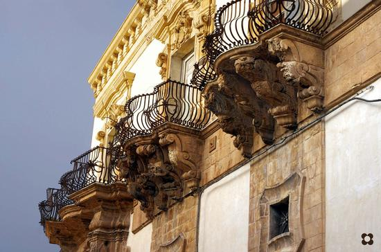Scicli, Palazzo Beneventano, balconi con mensole di pregevole fattura (2582 clic)