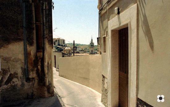 San Giorgio, dalle stradine i tetti della Cattedrale - MODICA - inserita il 24-Sep-12