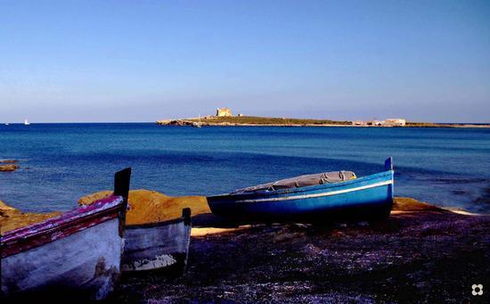 sullo sfondo l'isola delle femmine - Portopalo di capo passero (4442 clic)