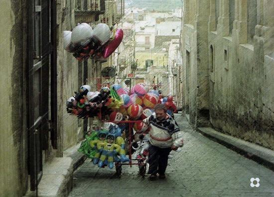 venditore di palloncini - Noto (2595 clic)