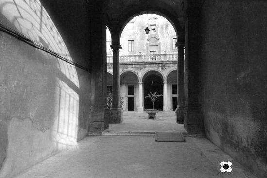 maggio '99, luci e ombre nell'atrio inferiore del palazzo municipale - Sciacca (2091 clic)