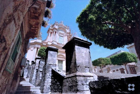 San Giovanni dalla scalinata laterale - Modica (1003 clic)