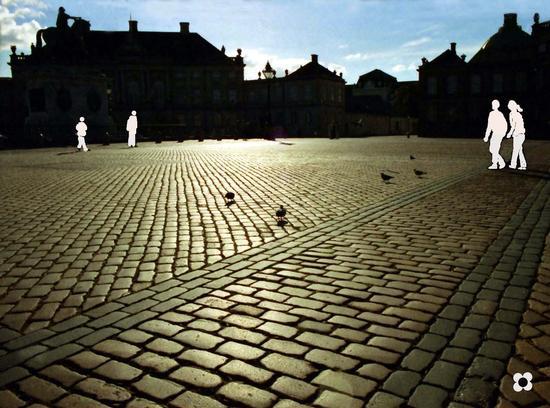 ricordi in b/n e colori in controluce di sagome bianche e piccioni in una piazza (709 clic)