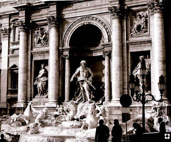 Fontana di Trevi, in particolare Oceano su una conchiglia trainato da 2 cavalli alati - Roma (2428 clic)