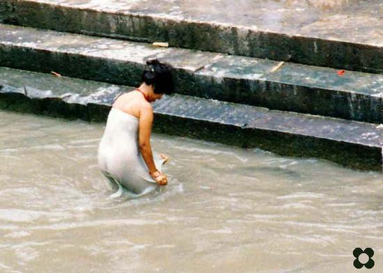 Nepal, Pashupatinath purificazione nelle acque del Bagmati (633 clic)