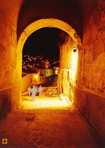 Sagome in penombra che guardano Modica Alta di notte (2530 clic)
