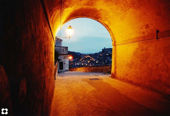 Strada Castello, uno sguardo verso Modica Bassa  (2853 clic)