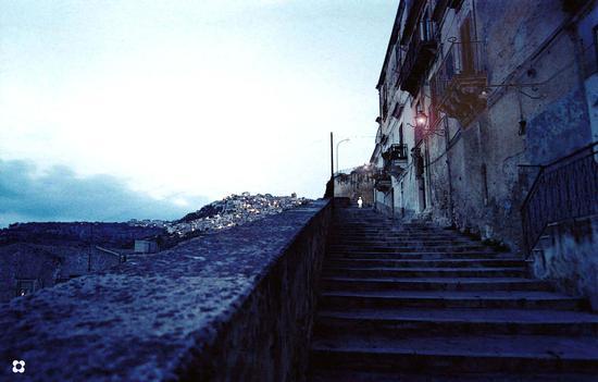 Strada Castello, salendo verso Modica Alta all'imbrunire (567 clic)
