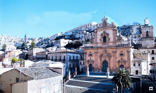 panoramica dalla scalinata con accesso dello storico caffè Bonaiuto - Modica (1484 clic)