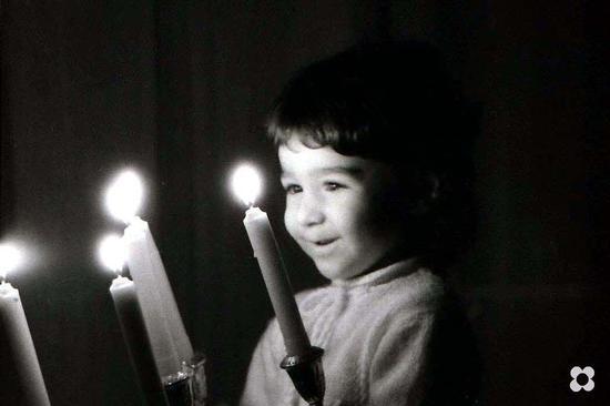un candelabro acceso nel buio del corridoio. - Modica (4043 clic)