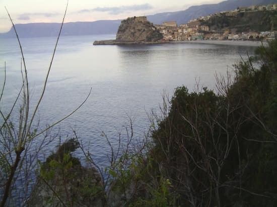 Vista del Castello e della Spiaggia dal Belvedere Morselli - Scilla (4221 clic)