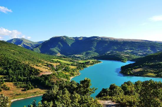 Il lago blu tra i Monti Azzurri - Fiastra (916 clic)